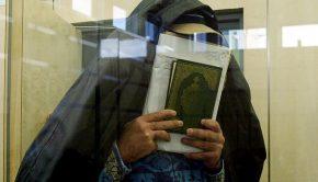 Az arcát a Koránnal eltakaró Mohamed Abu Dzész megérkezik a düsseldorfi bíróságra 2004. február 10-én. Három társával németországi zsidó célpontok elleni merénylet tervezésével vádolták. A férfi feltehetőleg az Al-Kaida hálózatához köthető At-Tauhid csoport tagja