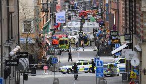Rendőr- és tűzoltóautók Stockholmban 2017. április 7-én, miután egy teherautó gyalogosok közé hajtott egy stockholmi sétálóutcában, majd belerohant egy áruházba. A sofőr legalább három embert halálra gázolt. (MTI/EPA/Fredrik Sandberg)