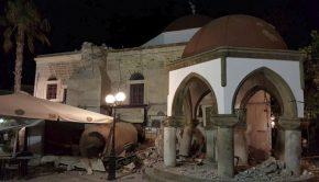 Megrongálódott épület a görögországi Kosz szigetén 2017. július 21-én, miután a Richter-skála szerinti 6,7-es erősségű földrengés rázta meg Törökország égei-tengeri partvidékét és a közeli görög szigeteket. Forrás: MTI/AP/Kalymnos-news.gr