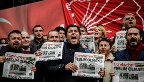 Cumhuriyet újságot tartó török demonstrálók 2016-ban Forrás: AFP/Ozan Kose