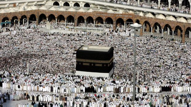 Muszlim zarándokok imádkoznak a mekkai Nagymecsetben 2006. december 27-én. Szaúd-Arábiába a hónap eleje óta utaznak tömegesen a haddzsra érkező zarándokok – a helyi hatóságok ezen a napon adták hírül, hogy a szokásos zarándoklatot követő áldozati ünnep, az íd al-adha december 30-án kezdődik (Fotó: MTI/EPA/MOHAMED MESZARA)