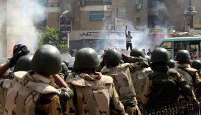 Könnygázfelhőben álló tüntető Kairóban 2013-ban. Fotó: JS
