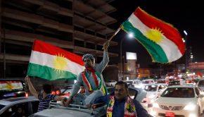 Iraki kurdok ünnepelnek az észak-iraki kurd autonóm régió székhelyén, Erbílben 2017. szeptember 27-én, mert az iraki Kurdisztán függetlenségéről rendezett népszavazáson az önálló kurd állam létrehozása mellett voksolt a résztvevők csaknem 93 százaléka. (MTI/EPA/Mohamed Meszara)